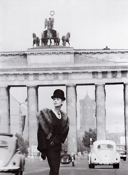 Lissy Schaper in an ensemble by Staebe-Seger, Brandenburg Gate